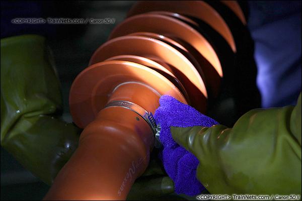 2014年1月17日。深圳动车所。绝缘子必须把擦干净,否则影响绝缘效果。(IMG-1780-140117)