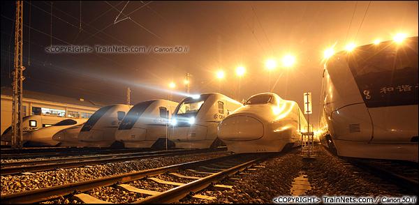 2014年1月18日。深圳动车所存车场。一列CRH1型动车组刚刚入库,仍未关闭头灯。(IMG-1884-140118)