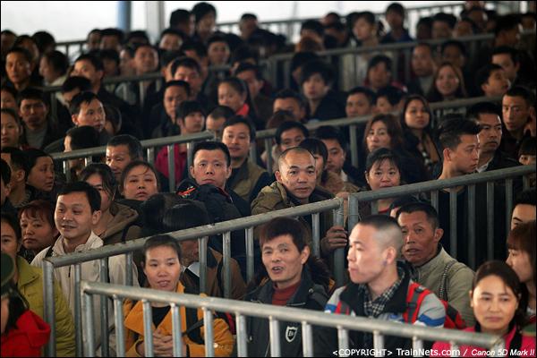 2014年1月21日早上,深圳西站,前往铜仁的旅客在临时候车室等待上车。(IMG-2462-140121)