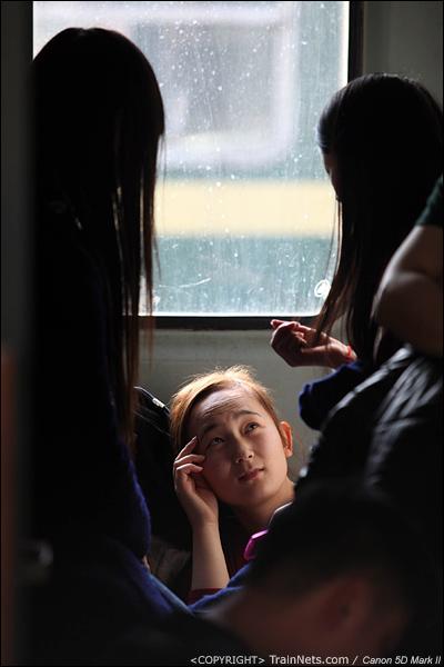 2014年1月21日,深圳西站。开往南昌的临客,坐在门端的几位女孩开心地聊着天。(IMG-2911-140121)
