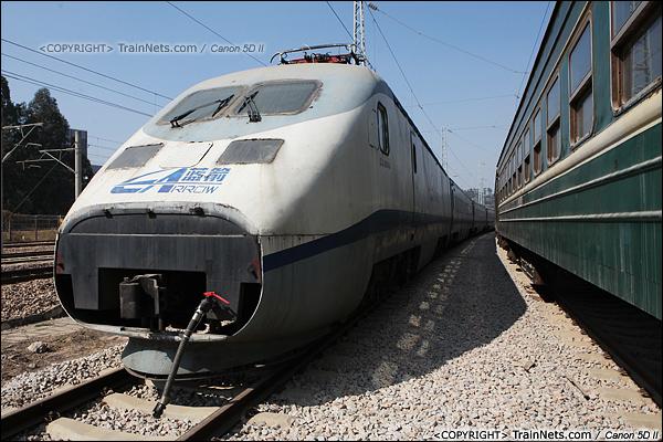 2014年1月22日。广东深圳。 平湖南编组场,回送广深的蓝箭停在存车线上。(IMG-2997-140122)