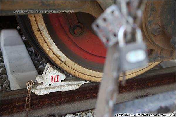 2014年1月22日。广东深圳。 平湖南编组场,回送广深的蓝箭停在存车线上。(IMG-3000-140122)