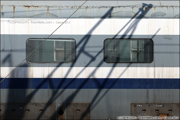 2014年1月22日。广东深圳。 平湖南编组场,回送广深的蓝箭停在存车线上,车身已是锈迹斑斑。(IMG-3136-140122)