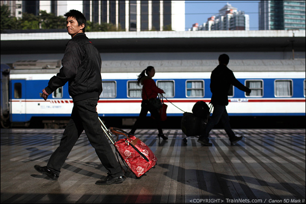 2014年1月23日,深圳火车站,一位乘客拖着行李上车。(IMG-3636-140123)