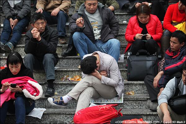 2014年1月25日下午,广州火车站广场。不少乘客坐在阶梯上等待进站。(IMG-4095-140126)