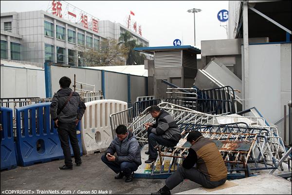 2014年1月25日下午,广州火车站广场。几位市民站在出站口处,等待即将抵达广州的亲朋戚友。(IMG-4213-140126)