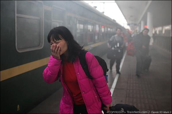 2014年1月25日下午,广州火车站。前往成都的临客开始进站,绿皮车餐车锅炉排出的浓烟笼罩着站台。(IMG-4478-140126)