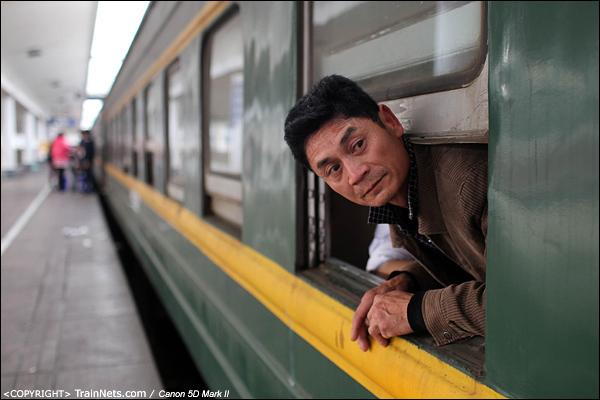 2014年1月25日下午,广州火车站。前往成都的临客,一名乘客探头出窗透气。(IMG-4546-140126)