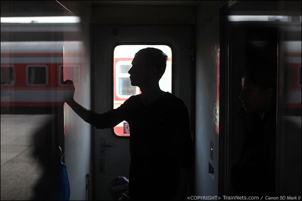 2014年1月25日下午,广州火车站。前往成都的临客,一位无座的乘客站在车门端。(IMG-4567-140126)
