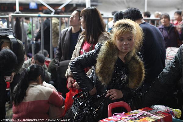 2014年1月25日,深圳西站,一位打扮时髦的女乘客等待进站。(IMG-4647-140125)