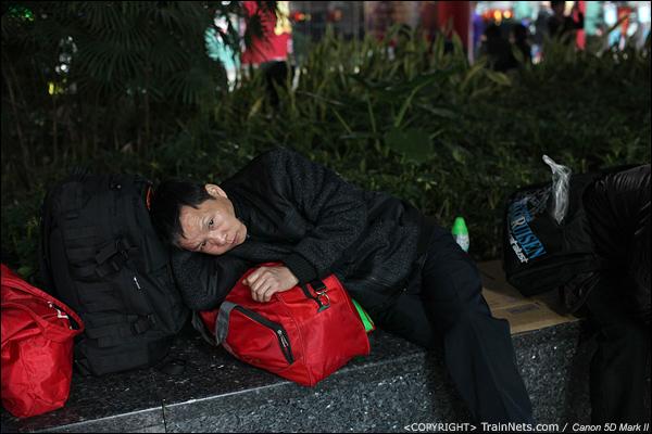 2014年1月26日晚上,深圳火车站,席地而坐的乘客满脸疲惫。(IMG-5285-140126)