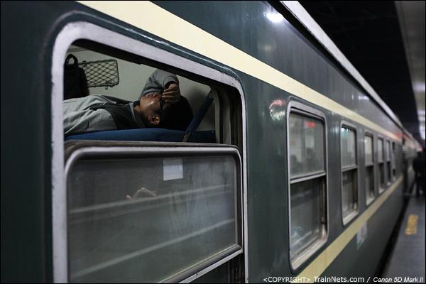 2014年1月26日晚上,深圳开往襄阳的L46次,一位乘客未等车开,便倒头大睡。(IMG-5517-140126)