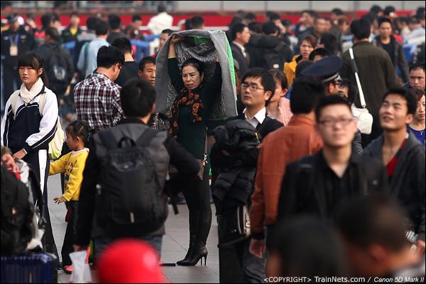 2014年1月27日下午,广州火车站,一位乘客在人群中举起双手伸懒腰。(IMG-5627-140127)