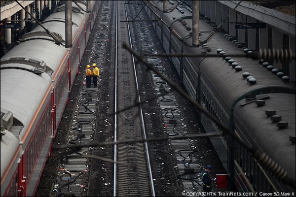 2014年1月27日。下午,广州火车站,轨道上布满了从绿皮车上扔下来的垃圾。(IMG-5700-140127)