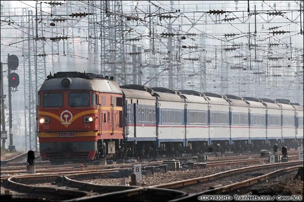 2014年1月14日。广东深圳。 T8370次,深圳-梅州首次采用25Z型客车。图片可见DF4B型机车高度比25Z高出不少。(IMG-8377-140114)