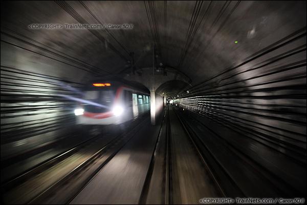 2014年1月14日。广东深圳。 深圳地铁龙华线列车在隧道中交会。(IMG-8699-140114)