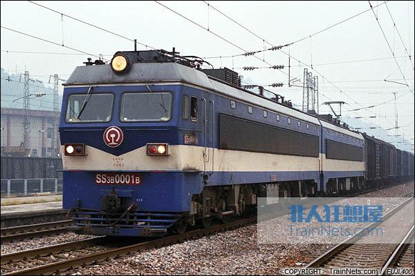 2013年10月3日。行驶在沪昆线怀化段的SS3B-0001号机车。(图/火车仔/E0833)