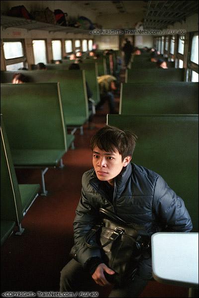 2013年12月21日。7322次,一位乘客认真地看着车上贴着的停运告示。(E3202)