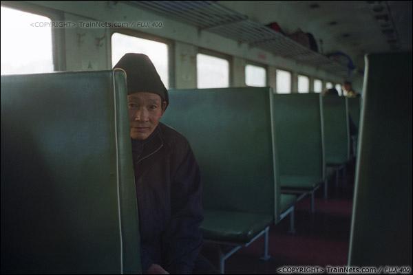 2013年12月21日。7322次,一位老人在空旷的车厢里乘车。(E3213)
