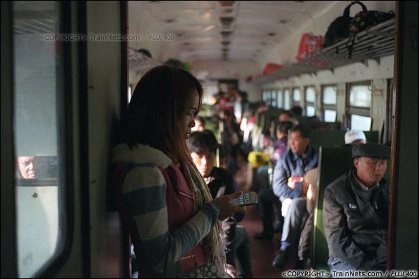 2013年12月21日。7322次从防城站开出后便满员,一位乘客只能站在过道。(E3217)