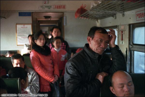 2013年12月21日。7322次从防城站开出后便满员,不少乘客只能站在过道。(E3218)