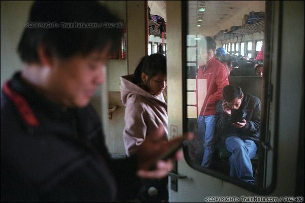 2013年12月21日。7322次从防城站开出后便满员,不少乘客只能站在过道。(E3223)