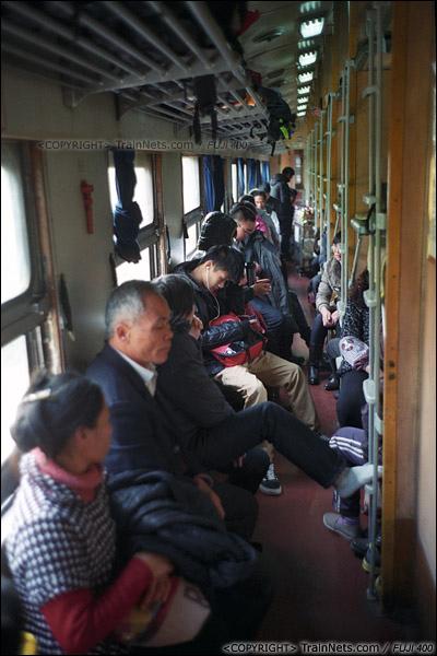 2013年12月21日。7322次离开钦州站后,车厢里再次满员,卧代座车厢里。(E3225)