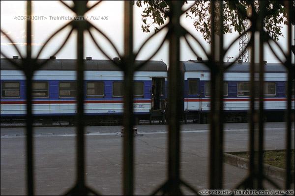 2013年12月21日早晨七点半,防城港火车站,透过候车室的检票口,看着站台上的7322次。(E3311)