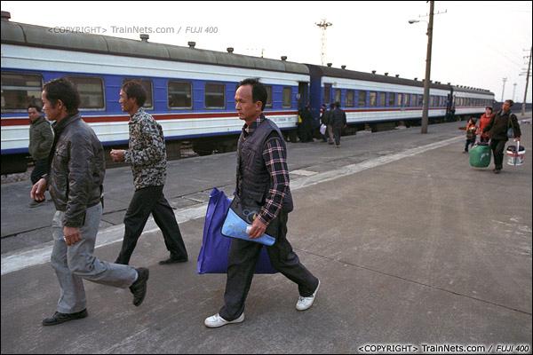 2013年12月21日早晨七点四十五分,防城港火车站。乘客提着行李走向自己的车厢。(E3317)