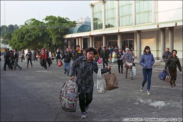 2013年12月21日。7322次抵达防城站,不少旅客提着行李跑向车厢。(E3329)