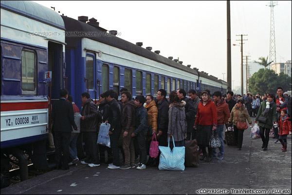 2013年12月21日。7322次抵达防城站,乘客排队上车。(E3332)