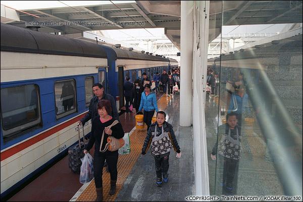 2013年12月21日。南宁火车站。晚点的7322次乘客离开后,7321次乘客马上上车,此时列车已经停靠在南宁站新站台。(E3418)