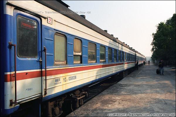 2013年12月21日。7321次,列车停靠在小站里,蓝色的车厢显得格外醒目。(E3419)