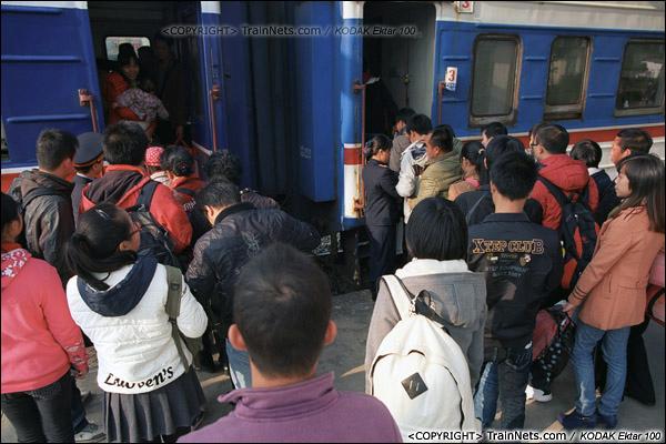 2013年12月21日。7321次,列车停靠钦州站,许多回防城的乘客在车门排起了队。(E3422)