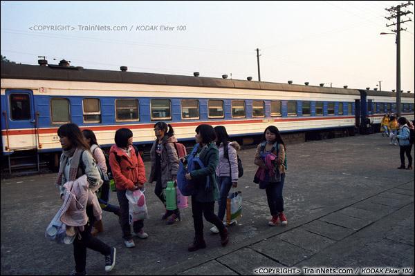 2013年12月21日。7321次,列车抵达防城站,一群学生下车。(E3425)