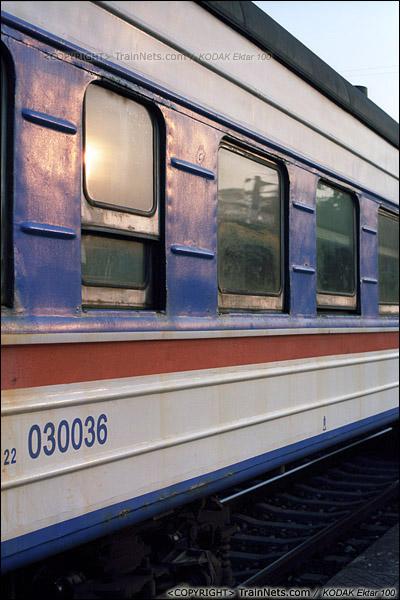 2013年12月21日。防城港站。夕阳照在特有的蓝色22型车厢上。(E3426)
