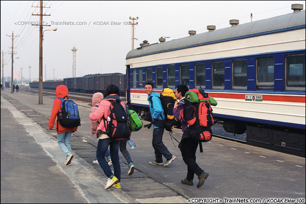 2013年12月21日。7321次抵达防城港站,一群游客背着行李出站。防城港与越南接壤,中国居民凭身份证便可出境。(E3431)
