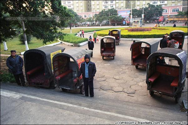 2013年12月21日。防城港站外的小广场上,停满了接客的小三轮车。(E3432)