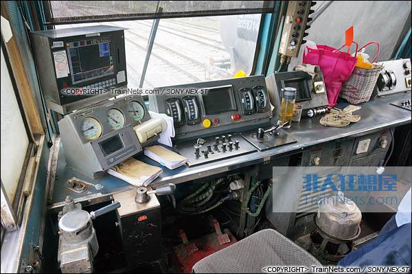 2014年7月。成昆线。配属成都铁路局的SS3型电力机车。驾驶室。(图/火车仔/DSC02114-140718)