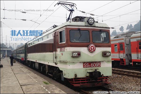 2013年10月3日。湖南新晃。配属广铁怀段的韶山3型电力机车,为最后一台老款韶山3。(图/火车仔/IMG-7315-131003)