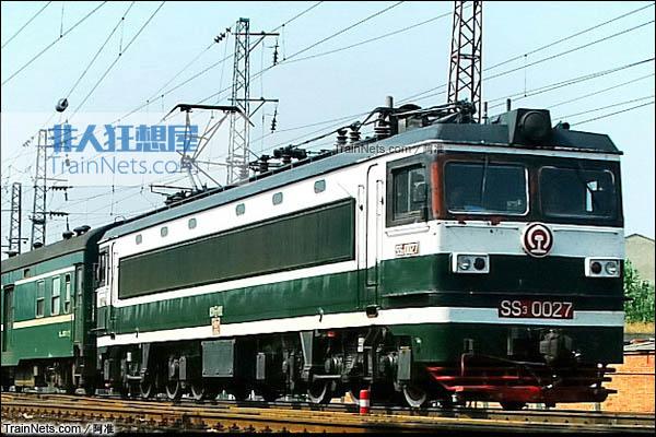 配属郑局信段的SS3型电力机车,为墨绿色涂装。(图/康文俊)