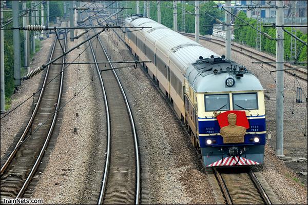 """2014年4月20日。上海莘庄天桥,DF11型""""周恩来号""""机车牵引K8353次,列车采用BSP车厢。"""