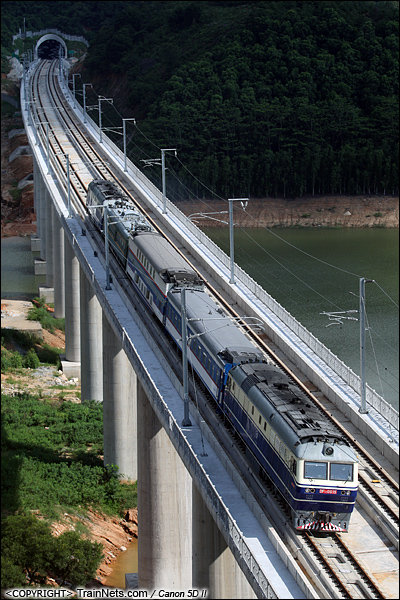 2011年7月3日。广东深圳。 DF11推挽式牵引试验车行驶于深圳高峰水库路段,为广深港高铁开通做准备。(IMG-0488-110703)