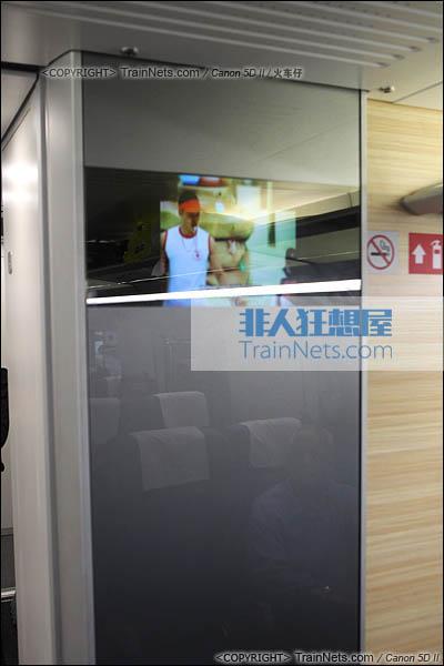 2014年4月21日。CRH380D。二等座车厢,门端处的入墙电视。(IMG-4478-140421/火车仔)