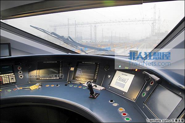 2015年12月。配属成都局的统型版本CRH380D。驾驶台。(图/兰博天使)