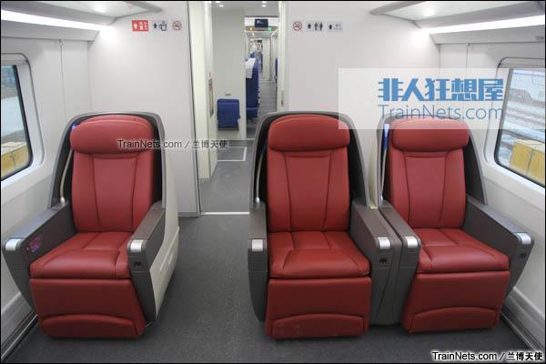 2015年12月。配属成都局的统型版本CRH380D。8号车,特等座与后方的二等座。(图/兰博天使)