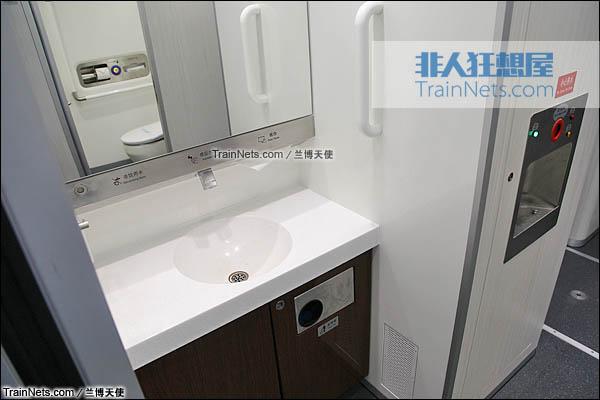 2015年12月。配属成都局的统型版本CRH380D。洗手池及热水机。(图/兰博天使)