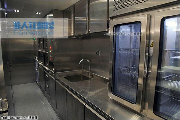 2015年12月。配属成都局的统型版本CRH380D。餐车厨房。(图/兰博天使)