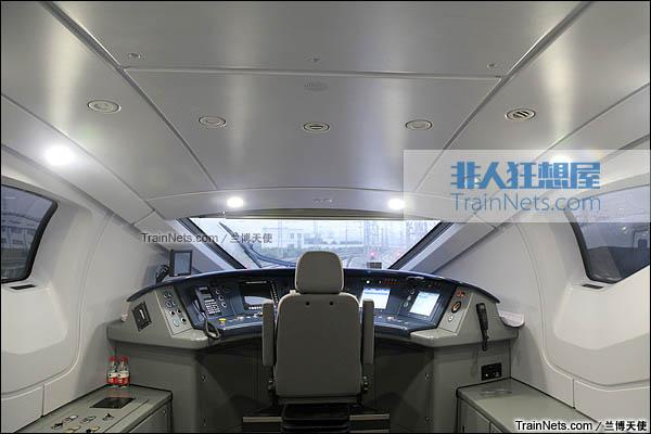 2015年12月。配属成都局的统型版本CRH380D。驾驶室。(图/兰博天使)