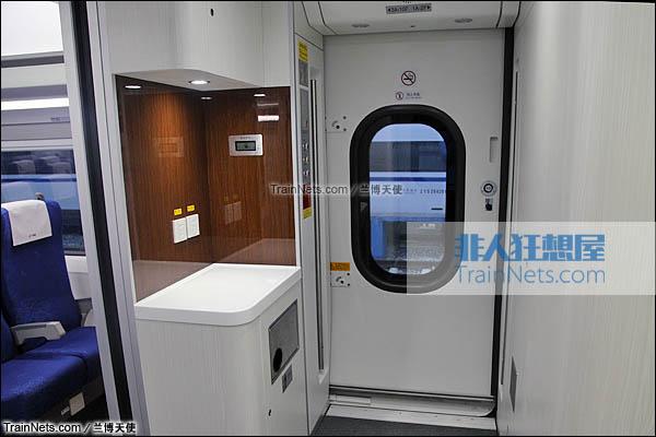 2015年12月。配属成都局的统型版本CRH380D。车门及客室门边工作台。(图/兰博天使)